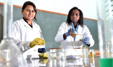 À direita, Joana Félix em seu trabalho no laboratório: pele artificial para queimaduras, colágeno para osteoporose, fertilizantes e filtragem com escamas de peixe Foto: Lindomar Cailton / Divulgação/