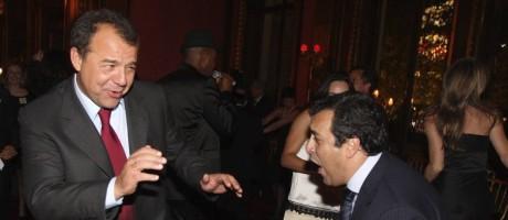 Em um restaurante em Paris, Georges Sadala dança com Sérgio Cabral (à esquerda) e puxa trenzinho com os então secretários Sérgio Côrtes e Wilson Carlos Foto: Agência O Globo