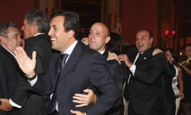 Em Paris, Georges Sadala puxa trenzinho com Sérgio Côrtes e Wilson Carlos em restaurante Foto: Reprodução