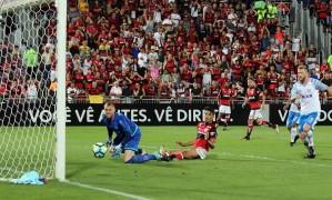 Lucas Paquetá, do Flamengo, vê a bola acertar a trave, no início do segundo tempo Foto: Lucas Tavares