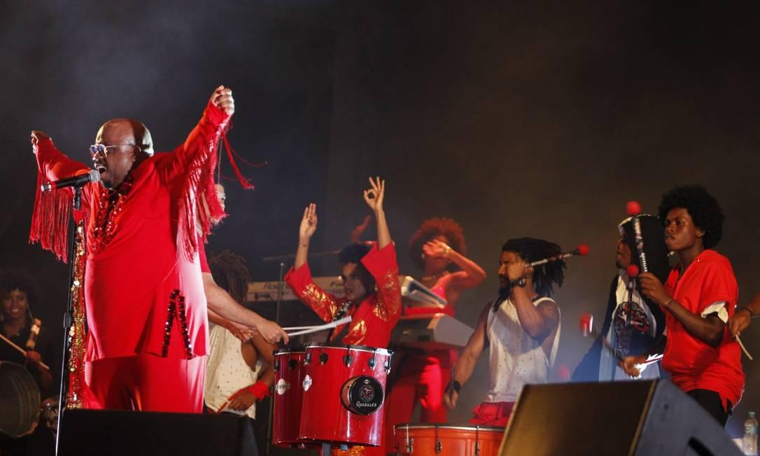 O show de CeeLo Green teve a participação surpresa dos tambores do Quabales, além da cantora Iza Foto: Pedro Teixeira / Agência O Globo