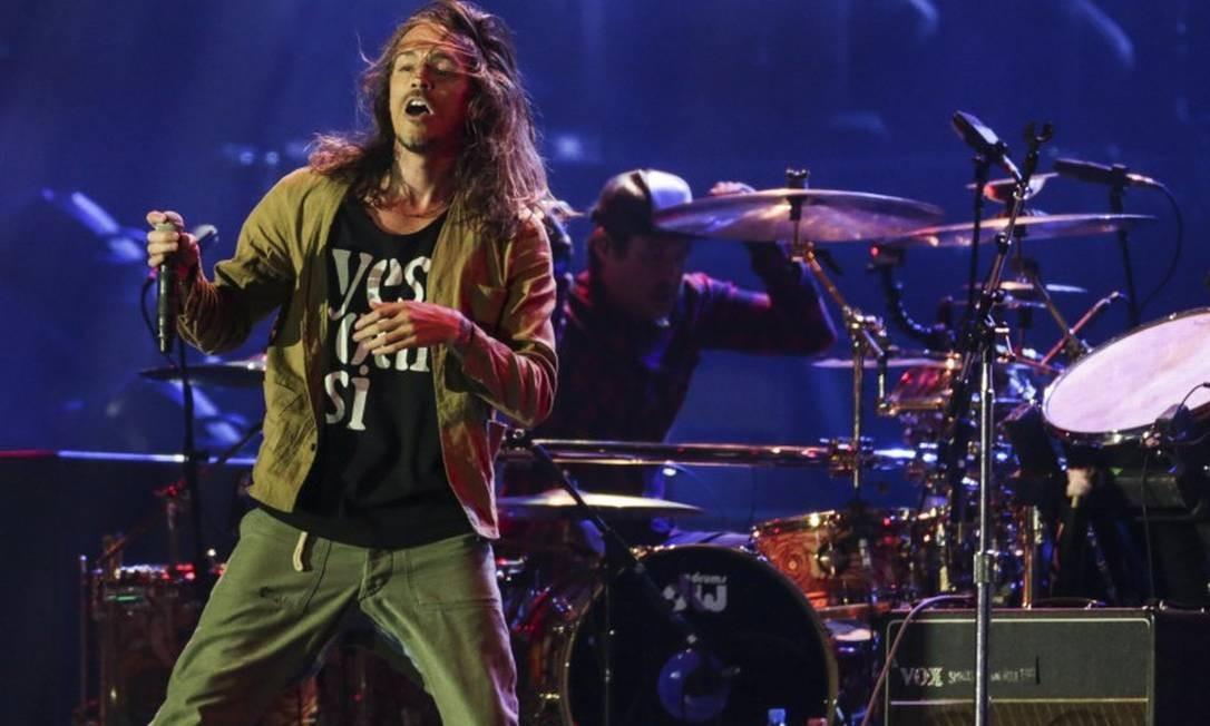 Brandon Boyd comandou o Incubus no Palco Mundo, que teve a difícil missão de abrir para The Who e Guns N'Roses Foto: Marcio Alves / Agência O Globo