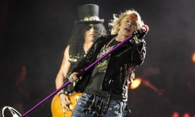 Guns N'Roses na sua formação clássica, com Axl Rose e Slash, levantou o público no último show da noite Foto: Freelancer / Agência O Globo
