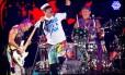 """Red Hot. O baixista Flea, o vocalista Anthony Kiedis e o baterista Chad Smith: banda deve dar aos fãs funk-rock muscular, concentrado no groove, mas com refrãos """"convoca-multidão"""" e algumas baladas — porque ninguém é de ferro Foto: Scanpix Denmark / Agência O Globo"""