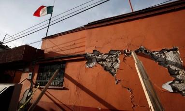 A bandeira do México tremula junto a prédio danificado pelo abalo da última terça-feira na cidade de Xochimilco Foto: REUTERS/GINNETTE RIQUELME