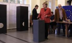 Merkel coloca seu voto na urna em seção eleitoral em Berlim Foto: AP/Markus Schreiber