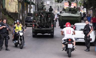 Forças Armas estão fazendo um cerco nos acessos da Rocinha Foto: Cléber Júnior / Agência O Globo