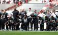 Jogadores do Jacksonville Jaguars, em jogo contra os Baltimore Ravens pela NFl, se ajoelham durante execução do hino americano Foto: PAUL CHILDS / Action Images via Reuters