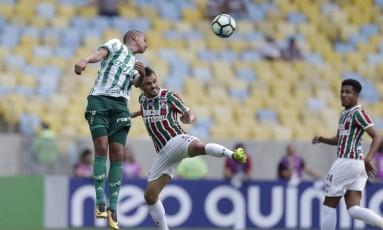 Lucas, do Fluminense, disputa a bola com um jogador do Palmeiras Foto: Alexandre Cassiano / Agência O Globo