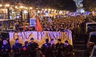 Em Frankfurt, policiais monitoram a multidão que protesta contra o partido Alternativa para a Alemanha (AfD) Foto: ANDREAS ARNOLD / AFP