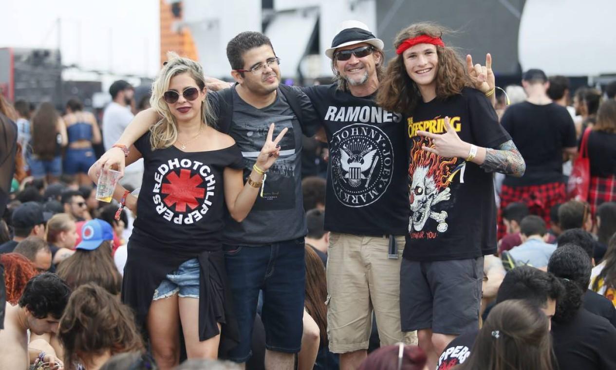 Família unida no Rock in Rio, cada um com sua banda favorita Foto: Roberto Moreyra / Agência O Globo