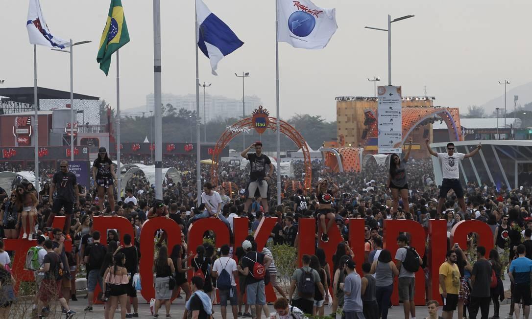 No fim da tarde de domingo, Cidade do Rock já estava lotada Foto: Pedro Teixeira / Agência O Globo