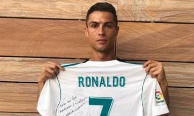 Cristiano Ronaldo autografa camisa Foto: Reprodução/Twitter