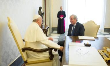 Papa encontra-se com Libero Milone: críticas provocaram raro comentário do Vaticano sobre seus assuntos internos Foto: OSSERVATORE ROMANO / REUTERS/1-4-2016