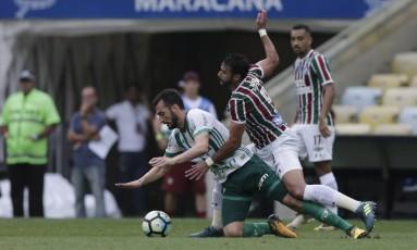 Henrique Dourado cai em disputa com Edu Dracena no Maracanã Foto: Alexandre Cassiano