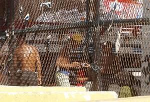 Ponto de venda crack na Avenida Brasil, perto da entrada da Ilha do Governador Foto: Domingos Peixoto / Agência O Globo
