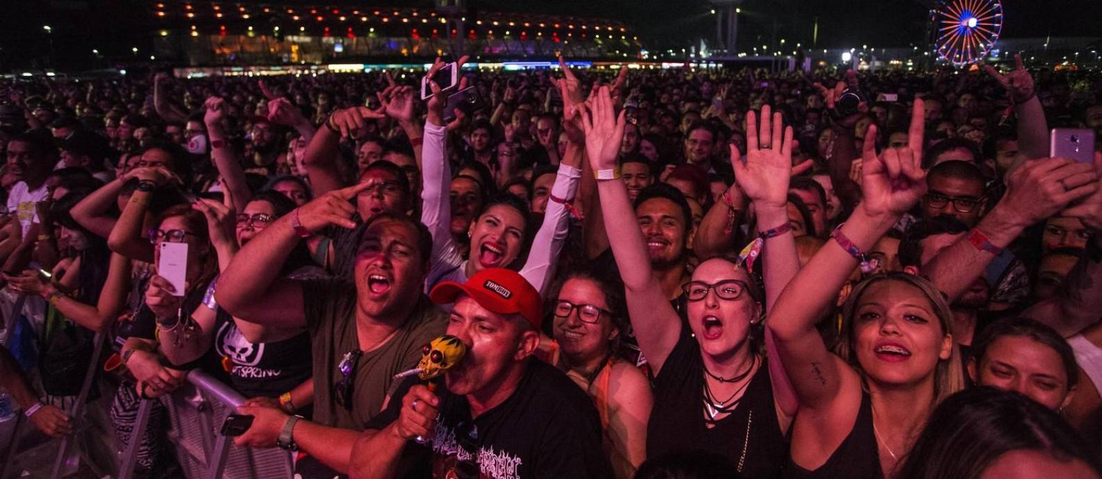 Público durante show do Offspring, no último dia do Rock in Rio 2017 Foto: Guito Moreto / O Globo