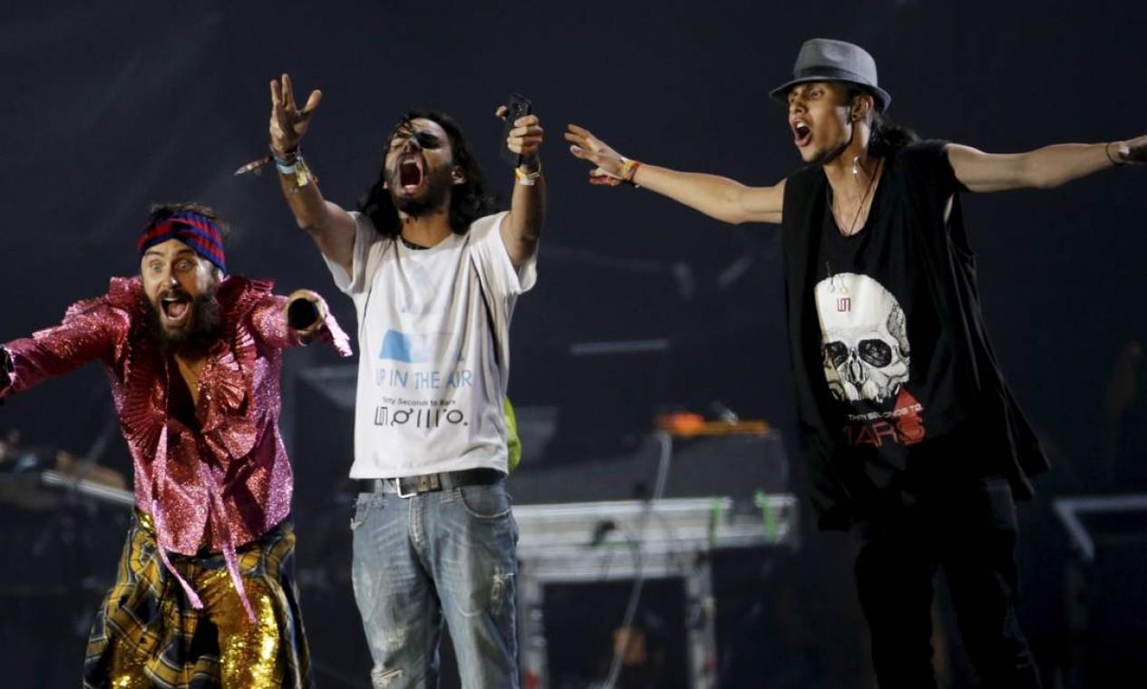 Leto chamou dois fãs para uma participação difícil de entender no palco Foto: Terceiro / O Globo