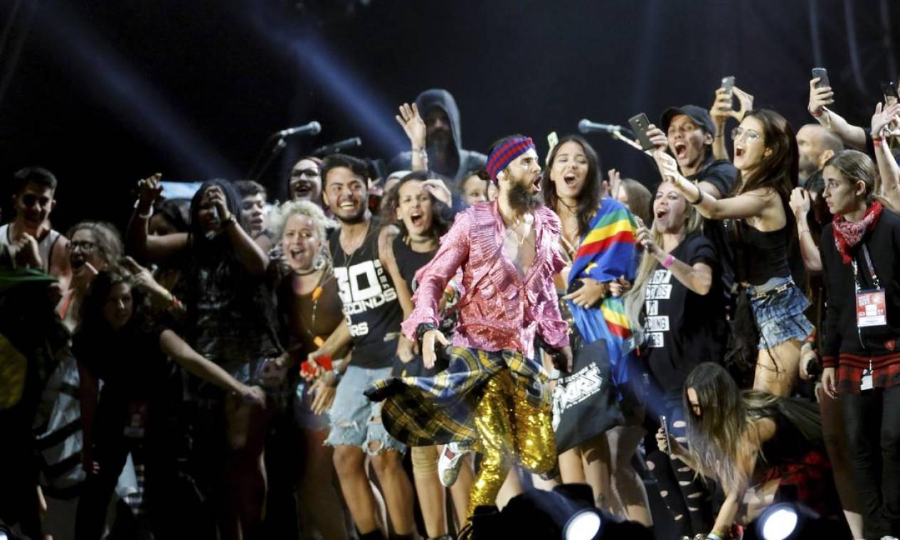 O show terminou com uma multidão de fãs no palco, ajudando a cantar 'Closer to the edge' Foto: O Globo