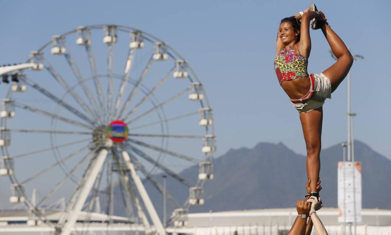 Malabarismo. O público aproveitou a nova Cidade do Rock como cenário Foto: Roberto Moreyra / Agência O Globo