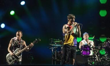 Anthony Kiedis entre Flea e Chad Smith: show recheado de hits Foto: Guito Moreto / Agência O Globo
