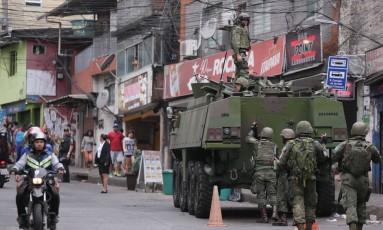 Um tanque das Forças Armadas na Favela da Rocinha Foto: Cléber Júnior / Agência O Globo