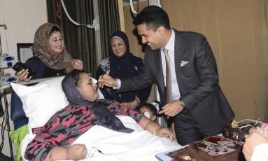 Eman Abdul Atti ganha um pedaço de bolo para comemorar seu aniversário, em 11 de setembro Foto: AP
