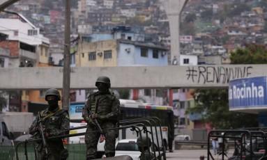 Militares do Exército nos acessos à Rocinha Foto: Cléber Júnior / Agência O Globo