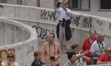 Por fora. O grupo fotografa a favela da passarela que cruza a Lagoa-Barra Foto: Cléber Júnior / Agência O Globo