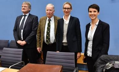 Os membros do partido de extrema-direita alemão AfD (da esq. para a dir.): Joerg Meuthen, Alexander Gauland, Alice Weidel e Frauke Petry Foto: JOHN MACDOUGALL / AFP
