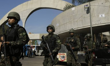 Militares das Forças Armadas no quarto dia de cerco à Rocinha Foto: Agência O Globo / Gabriel Paiva