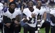 Atletas do Baltimore Ravens se ajoelham durante o hino dos EUA antes de partida contra os Jacksonville Jaguars no estádio de Wembley, em Londres Foto: Matt Dunham / AP