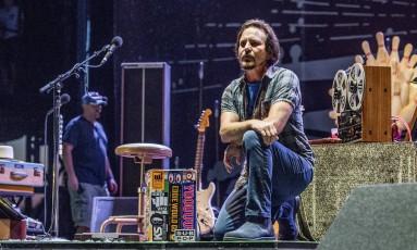 Eddie Vedder ajoelhado durante o festival Pilgrimage Music, no Tennessee Foto: Amy Harris / Amy Harris/Invision/AP