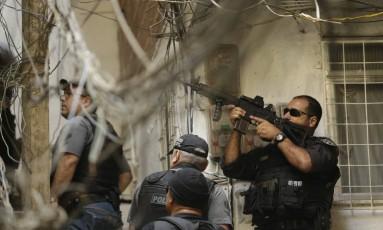 Policiais da Core em áreas próximas a mata no alto da Rocinha Foto: Gabriel de Paiva / Agência O Globo
