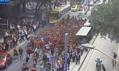 Câmeras da Prefeitura mostram torcida do Flamengo em caminhada pelo Centro do Rio Foto: Reprodução/Twitter
