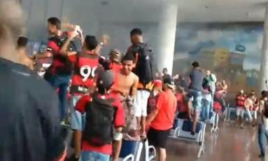 Torcedores do Flamengo sobem nas cadeiras da área de desembarque do Aeroporto Santos Dumont antes de confusão com a polícia Foto: Reprodução
