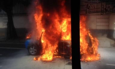 Carro da PM é destruído em incêndio no Jardim Botânico Foto: Foto do leitor Felipe Macedo