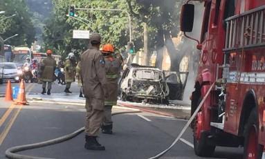Bombeiros apagam fogo em carro da PM na Rua Jardim Botânico Foto: Foto do leitor Maurício Guedes / Eu-Repórter