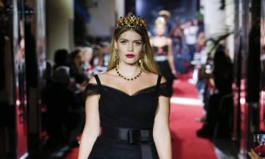 A Dolce & Gabbana armou dois desfiles na temporada de verão 2018, em Milão. Num deles, a grife convocou modelos e millennials para vestirem roupas de festa e para a noite. Na passarela, a que mais chamou a atenção foi Lady Kitty Spencer, sobrinha da princesa Diana. Kitty, de 26 anos, usou um vestido preto que destacava suas curvas e coroa Foto: Divulgação
