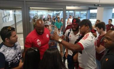 O goleiro Alex Muralha posou para fotos com torcedores na chegada a Belo Horizonte Foto: Divulgação/Flamengo
