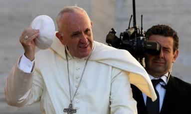 Papa Francisco acena na chegada à Praça São Pedro, no Vaticano Foto: MAX ROSSI / REUTERS