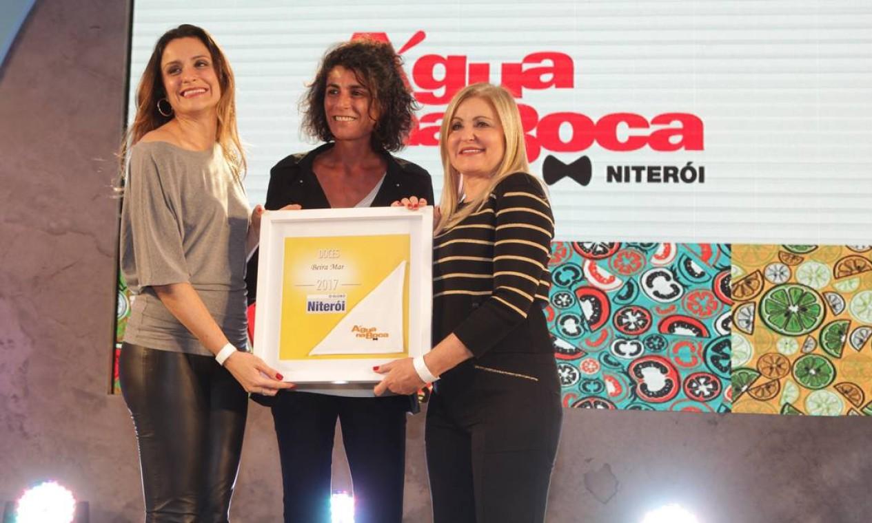 """""""Isso é resultado de muita dedicação, e eu dedico isso aos 300 colaboradores que temos na empresa"""", Maria Célia Naegele (à direita), ao receber o prêmio de Laure Bacqué, (ao centro), do Reserva Cultural. Foto: Berg Silva / Agência O Globo"""