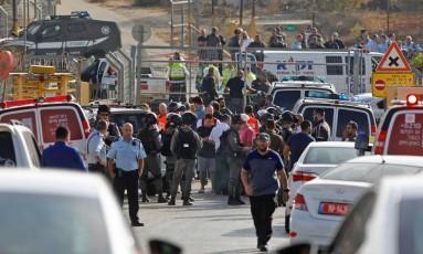 Forças de segurança israelenses e equipes de emergência na entrada do assentamento de Har Adar Foto: MENAHEM KAHANA / AFP