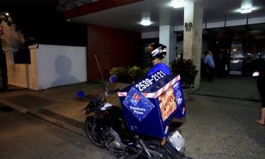 Entregador foi rendido no momento em que chegava em prédio no Humaitá Foto: Uanderson Fernandes / Agência O GLOBO
