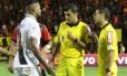 Sandro Meira Ricci, ao centro, ouve reclamações de jogadores do Vasco e do Sport Foto: Carlos Gregório Jr./Vasco