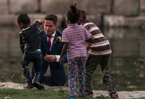 Vestido com um terno, Clayton se atirou na água para salvar garoto que se afogava Foto: Hatt Photography