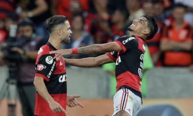 Diego e Paquetá se ajoelham na comemoração do gol do Flamengo contra o Cruzeiro, na final da Copa do Brasil Foto: RICARDO MORAES / REUTERS
