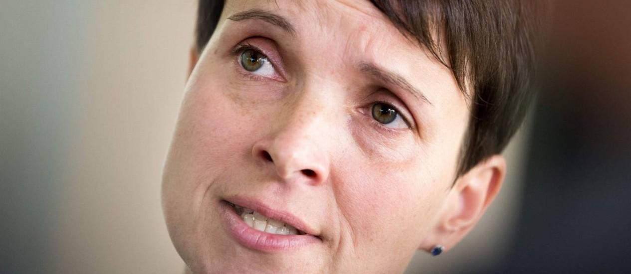 Frauke Petry, cofundadora da Alternativa para a Alemanha, fala a jornalistas dois dias após eleições legislativas Foto: MONIKA SKOLIMOWSKA / AFP