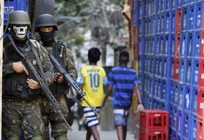 Militares das Forças Armadas usam máscaras, também conhecidos como buff, para se proteger do sol. Na foto, um deles com um acessório de caveira Foto: Domingos Peixoto / Agência O Globo