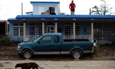 Sandra Harasimowicz e Gary Rosario buscaram abrigo no telhado da casa vizinha Foto: CARLOS GARCIA RAWLINS / REUTERS